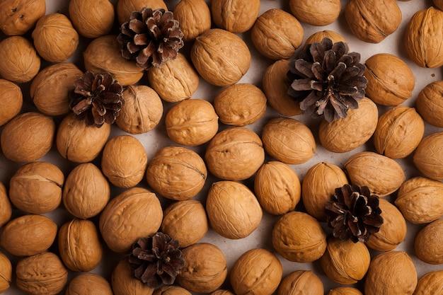 Gesunder lebensstil. gesunder und frischer snack mit nüssen. walnüsse und winterkegel.