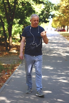 Gesunder lebensstil im alterskonzept. älterer mann, der im park geht