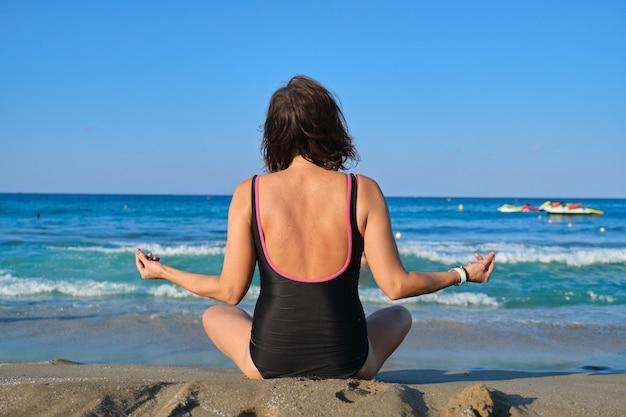 Gesunder lebensstil, sport, yoga, meditation bei reifen menschen