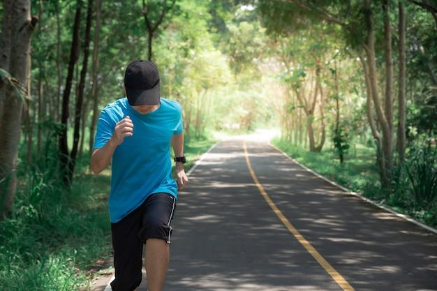 Gesunder lebensstilfrauenläufer, der auf morgenparkstraße läuft