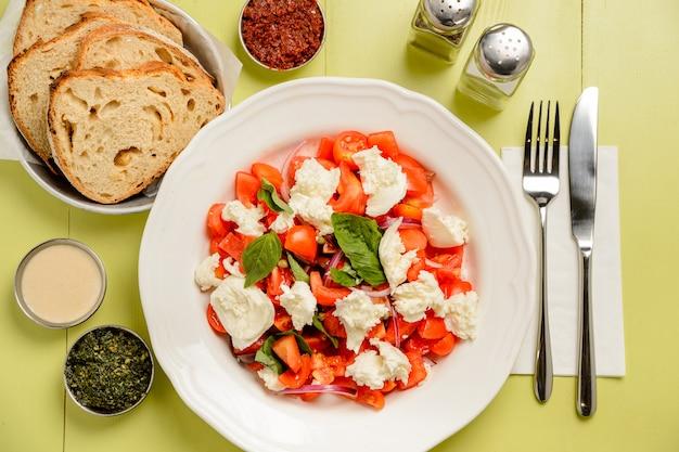 Gesunder leckerer salat mit tomaten und mozzarella