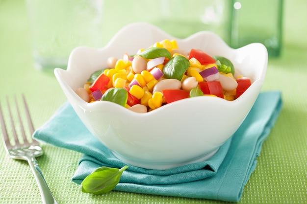 Gesunder maissalat mit tomatenbohnen-basilikum aus weißen bohnen