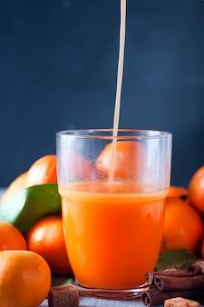 Gesunder mandarinensaft auf holztisch