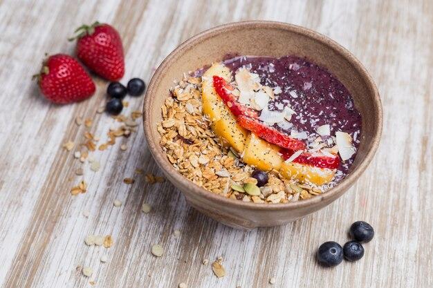 Gesunder mangonachtisch mit hafer und joghurt