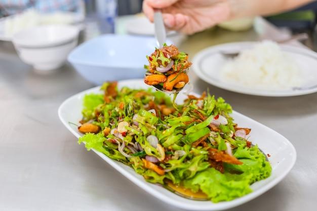 Gesunder mischungssalat des thailändischen lebensmittels. winged bean würzige mischung mit cashewnüssen