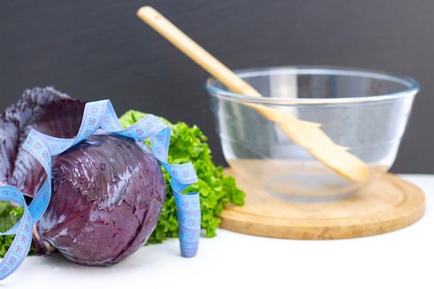 Gesunder natürlicher frischer salat aus purpurkohl und salat