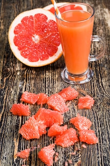 Gesunder natürlicher grapefruitsaft aus saftigen roten grapefruits