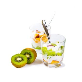 Gesunder obstsalat mit joghurt