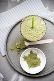 Gesunder organischer grüner smoothie und pulver