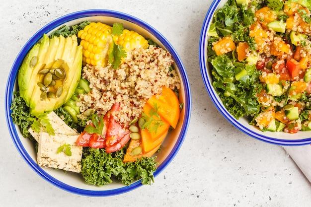 Gesunder regenbogensalat des strengen vegetariers, buddha-schüssel mit quinoa, tofu, avocado und kohl.