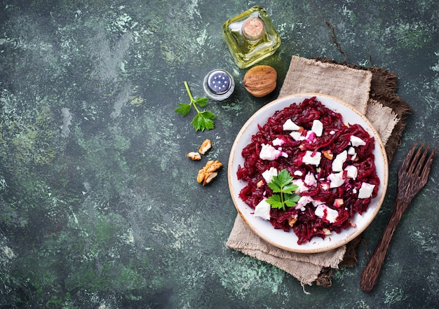 Gesunder rote-bete-wurzeln-salat mit feta und walnüssen