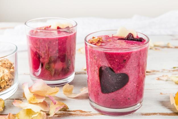 Gesunder rote-bete-wurzeln smoothie zum frühstück