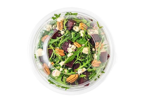 Gesunder rüben- oder rote-bete-salat in plastikverpackung zum mitnehmen oder essenslieferung isoliert