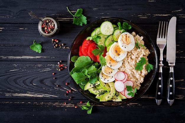 Gesunder salat aus frischem gemüse