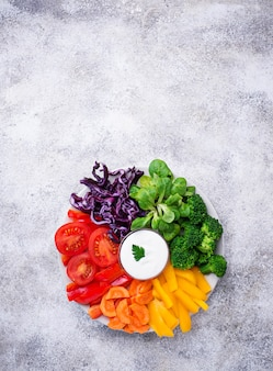 Gesunder salat aus regenbogengemüse