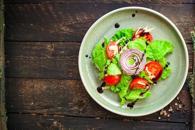 Gesunder salat, blattmischung, gurke, tomate