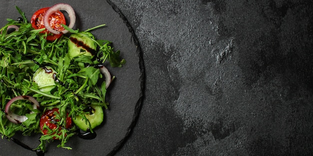 Gesunder salat, blattsalat (mikrogrün, gurke, tomate, zwiebel, andere zutaten)