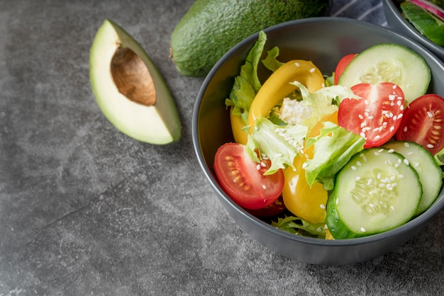 Gesunder salat der nahaufnahme bereit, serviert zu werden