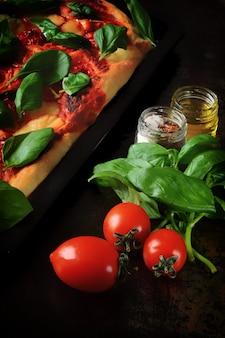 Gesunder salat mit basilikum-rettich-weißkäse und grünen erbsen
