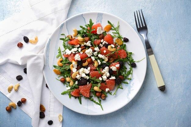 Gesunder salat mit feta-käse auf hellem tisch