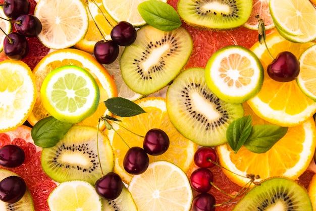 Gesunder salat mit frischen exotischen früchten