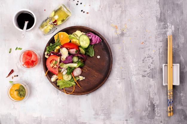Gesunder salat mit frischgemüse und souse in der schüssel