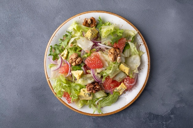 Gesunder salat mit grapefruit, walnüssen und käse. ansicht von oben