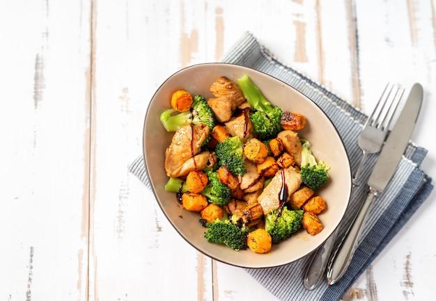 Gesunder salat mit hähnchenbrust und brokkoli