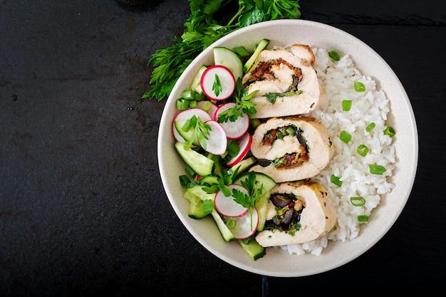 Gesunder salat mit hühnerröllchen, radieschen, gurke, frühlingszwiebel und reis. richtige ernährung. flach liegen. ansicht von oben