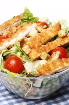 Gesunder salat mit huhn und gemüse