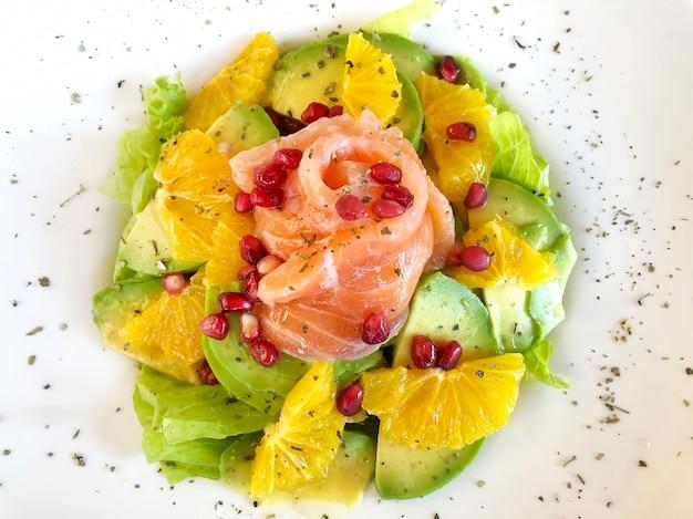 Gesunder salat mit lachs, grapefruit, avocado, salat und granatapfel. ausgewogenes lebensmittelkonzept. draufsicht