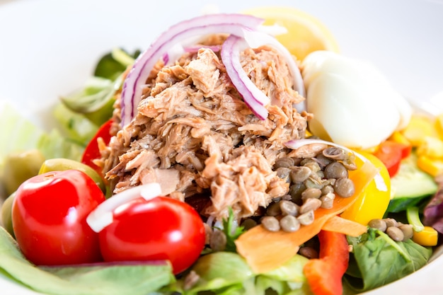 Gesunder salat mit thunfisch, oliven und tomaten