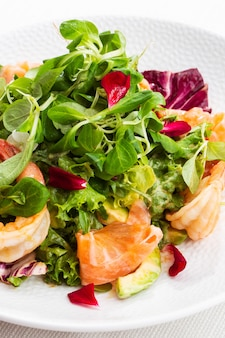 Gesunder salat. rezept für frische meeresfrüchte.