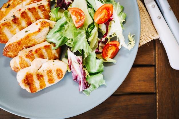 Gesunder salat und leckeres fleisch