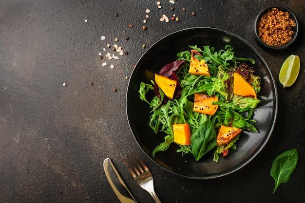 Gesunder salatkürbis und mischungsblattkopfsalat