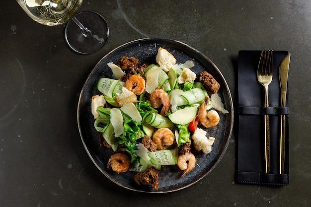 Gesunder salatteller. rezept für frische meeresfrüchte. gegrillte garnelen und salat mit frischem gemüse und ei. gegrillten garnelen. gesundes essen. flach liegen. ansicht von oben