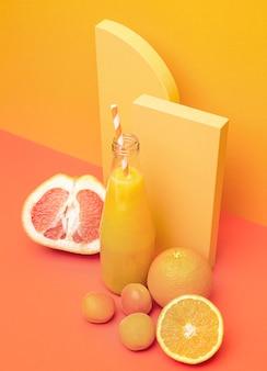 Gesunder smoothie aus orange und grapefruit