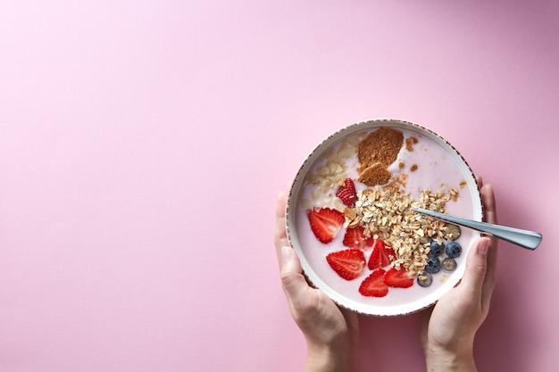 Gesunder smoothie in weißer schüssel mit natürlichen früchten, haferflocken und keksen