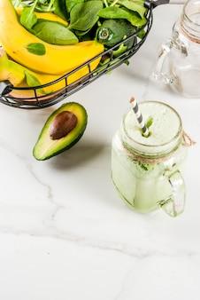 Gesunder smoothie mit bananen- und babyspinat