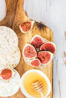 Gesunder snack aus reiskuchen, feigen und ricotta