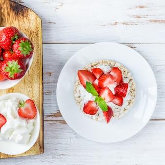 Gesunder snack aus reiskuchen mit ricotta und erdbeeren