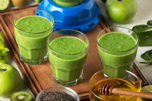 Gesunder snack aus spinat-smoothie