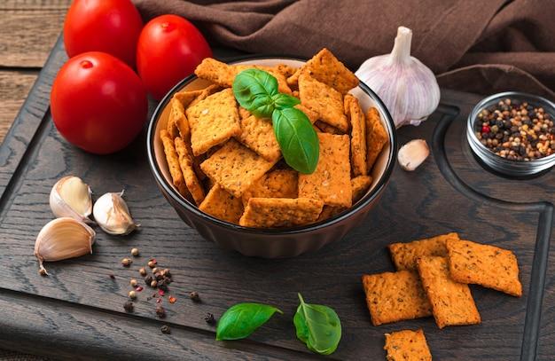Gesunder snack, cracker mit tomate