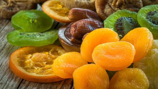 Gesunder snack der trockenfrüchte, gemischt von den getrockneten früchten für gesundes und nährend.