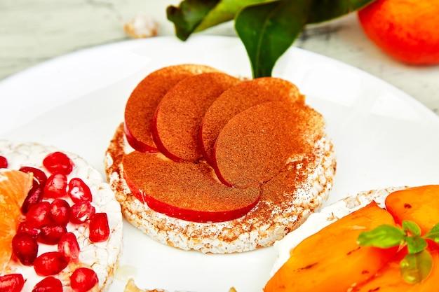 Gesunder snack des knusprigen reissbrots mit tropischen früchten
