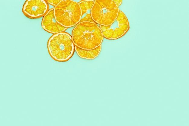Gesunder snack. hausgemachte dehydrierte fruchtchips der mandarine
