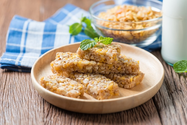 Gesunder snack. müsliriegel mit nüssen und garnola