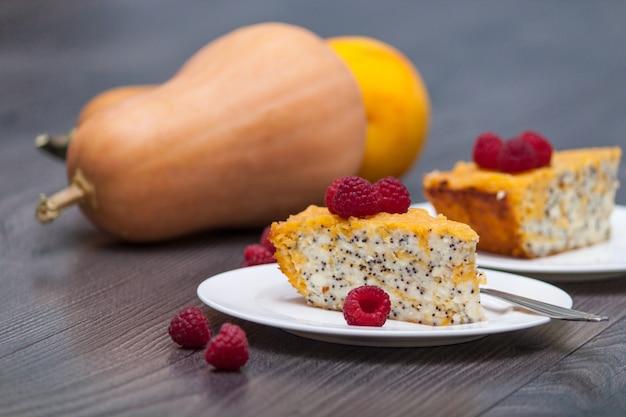 Gesunder snack. selbst gemachter käsekuchen des kürbises oder kuchen mit himbeeren, mohnblume, orange.