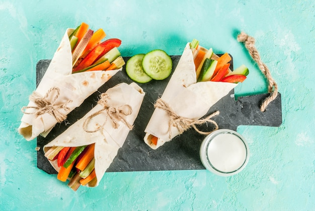 Gesunder snackaperitif des sommers, tortillasandwichverpackungen der mexikanischen art sortierten bunte frischgemüsestöcke