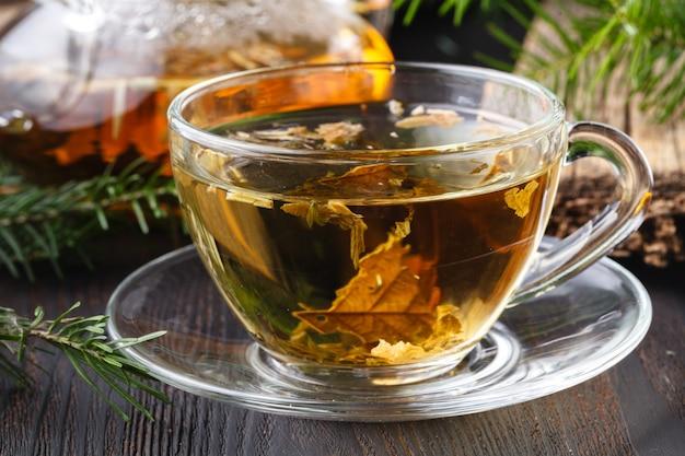Gesunder tee mit frischen kräutern auf ländlichem tisch